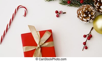 kerstkado, en, decoraties, op wit, achtergrond
