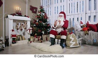 kerstman, werken, op telefoon, kamer, met, openhaard, en,...
