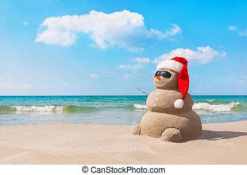 kerstmis, sneeuwpop, in, kerstmuts, op, zandig strand