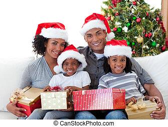 kerstmis, vasthouden, afro-amerikaan, kadootjes, gezin