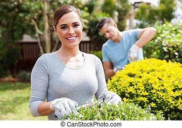 kert, dolgozó, párosít, fiatal, együtt, otthon
