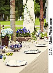 kert, esküvő, asztal letesz