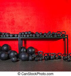 kettlebell, dumbbell, y, cargado, pelotas, en, gimnasio