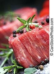 keukenkruiden, biefstuk, peperbollen, rauwe