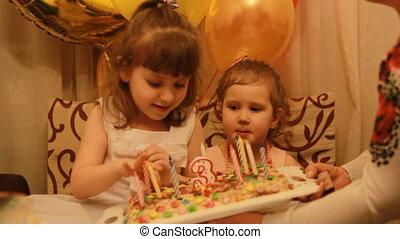 kevés, csinos, lány, és, képben látható, születésnap, desszert, -ban, buli., furcsa, boldog, kids., a, fogalom, közül, egy, gyermekek, holiday., 3, years.