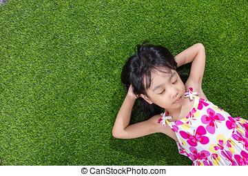 kevés, kínai, asian lány, fű, fekvő