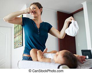 kevés, koszos, anya, csecsemő, otthon, átalakul, pelenka