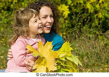 kevés, nő, kert, zöld, fiatal, ősz, nevet, kézbesít, leány