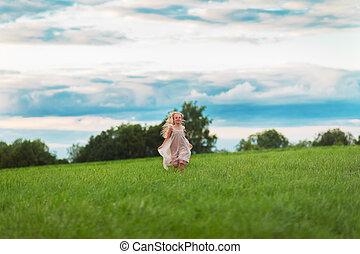 kevés, szőke, leány, futás, képben látható, egy, zöld kaszáló
