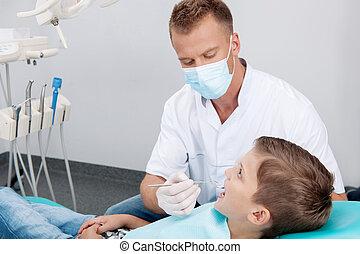kevés, türelmes, -ban, fogász, hivatal., kicsi fiú, ülés, -ban, a, szék, alatt, fogászati hivatal, időz, orvos, megvizsgál, fog