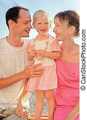 kevés, tengerpart, család, boldog