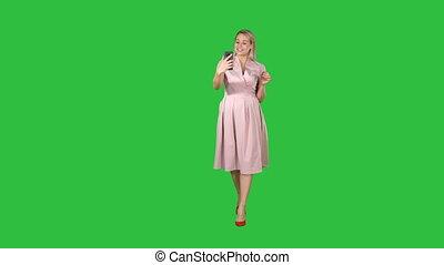 key., kleiden, gehen, chroma, video, rufen, schirm, rosa, machen, grün, woman, lächelt