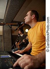 keyboarder, gleichfalls, spielende , bei, microphone., gitarre spieler, in, fokus