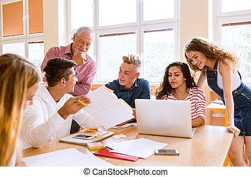 kickskola, deltagare, och, lärare, med, laptop.