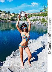kicserzett, mosolyog lány, alatt, női fürdőruha, képben látható, egy, hegy tó, birtok, watch.