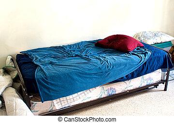 kicsi, fehér, használt, szoba, ágy