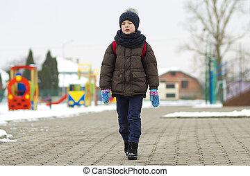 kicsi fiú, gyalogló, alatt, a, park., gyermek, haladó, helyett, egy, jár, tanít, noha, egy, iskola táska, alatt, winter., gyerekek, elfoglaltság, szabadban, alatt, friss, levegő., egészséges, életmód, concept.