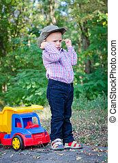 kicsi fiú, játék, noha, övé, apró teherkocsi