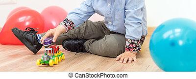 kicsi fiú, játék, noha, apró autó, a padlóra, indoors.