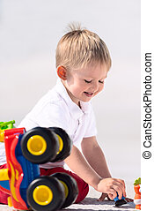 kicsi fiú, játék, noha, apró autó, függőleges