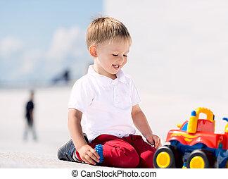 kicsi fiú, játék, noha, apró autó, horizontális