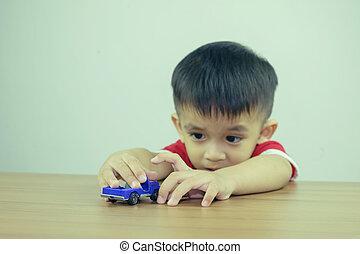 kicsi fiú, játék, noha, apró autó