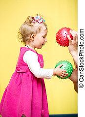 kicsi gyermekek, leány, játék, noha, labda, alatt, óvoda, alatt, montessori, preschool, class.