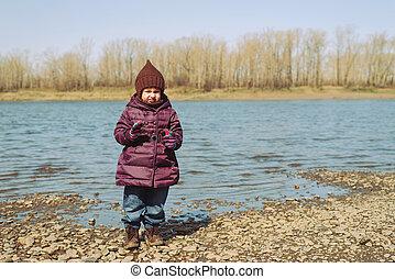 kicsi lány, álló, képben látható, egy, folyópart
