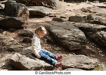 kicsi lány, ülés, képben látható, egy, nagy, megkövez