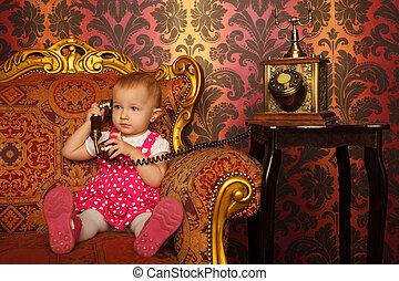 kicsi lány, alatt, piros ruha, beszéd, szüret, telefon., belső, alatt, retro, style., horizontális, format.