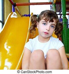kicsi lány, alatt, színes, játszótér, sárga, csúszás