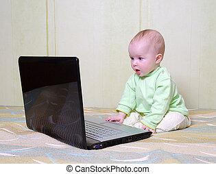 kicsi lány, emelet, laptop, fekszik