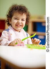 kicsi lány, eszik löncs, alatt, óvoda