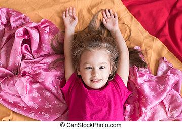 kicsi lány, fekvő, képben látható, egy, cölöp, közül, szerkezet