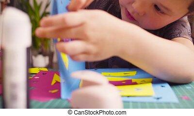 kicsi lány, glueing, elpirul újság