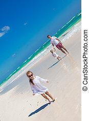 kicsi lány, having móka, noha, neki, csinos, lánytestvér, és, young atya, white, homok tengerpart