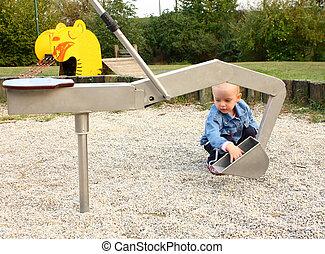 kicsi lány, játék, alatt, a, játszótér