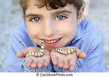 kicsi lány, játék, noha, selyemhernyó, alatt, kézbesít