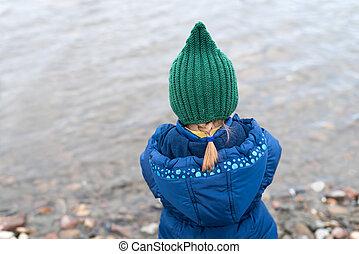 kicsi lány, képben látható, egy, folyópart