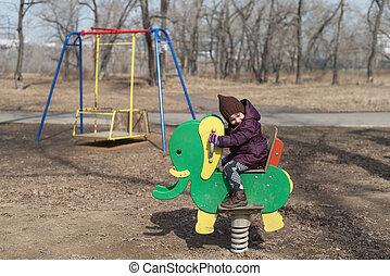 kicsi lány, képben látható, egy, játszótér