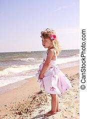 kicsi lány, képben látható, tenger part