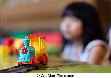 kicsi lány, kölyök, játék, noha, kiképez, játékszer