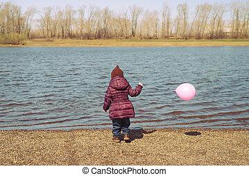 kicsi lány, noha, egy, rózsaszínű, balloon, képben látható, folyópart