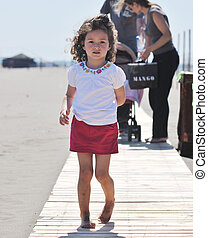 kicsi lány, szórakozik, a parton