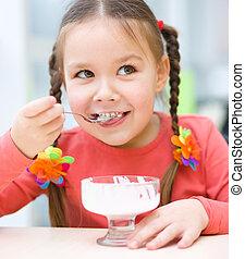 kicsi lány, van, eszik ice-cream, alatt, fogadószoba