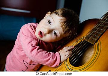 kicsi, totyogó kisgyerek, kihallgatás, fordíts, hangzik, közül, egy, gitár