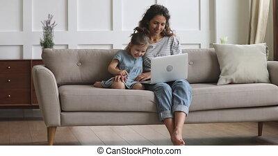 kid., écoute, ordinateur portable, musique, sourire, favori, maman