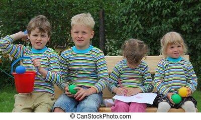 kids, сидящий, бросание, скамейка, мячи, 4