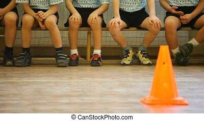 kids, сидящий, на, , скамейка, в, , виды спорта, зал