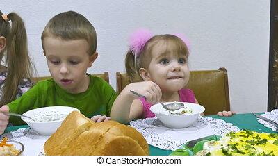 kids eat - Children eat breakfast family birthday christmas...